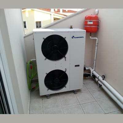 Αντλία θερμότητας εγκατεστημένη σε πολυκατοικία.